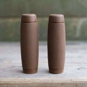 Biltwell Recoil Grip - Chocolate - detail photo